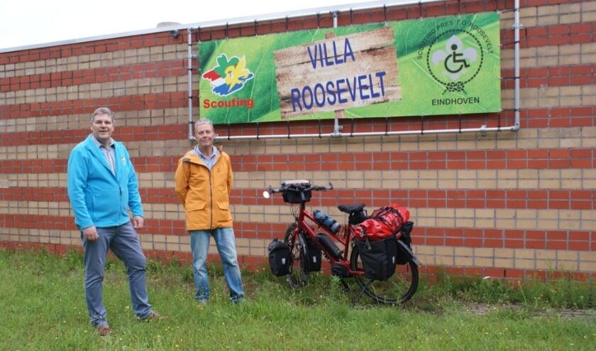 <p>Ruud van Acquoij &nbsp;en Goof Koene bij de volgepakte fiets van de laatste.&nbsp;</p>