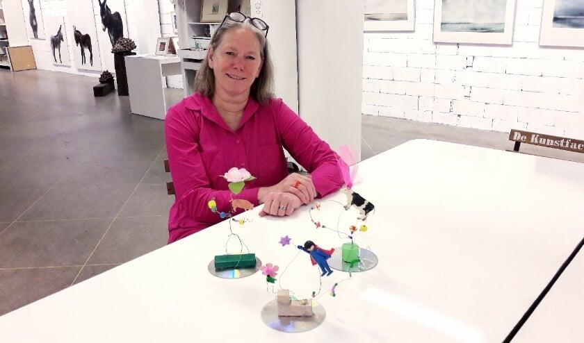 <p>Heel even rust: Elise Huijbers laat zien wat voor moois er gemaakt kan worden in de Afval Jungle.</p>