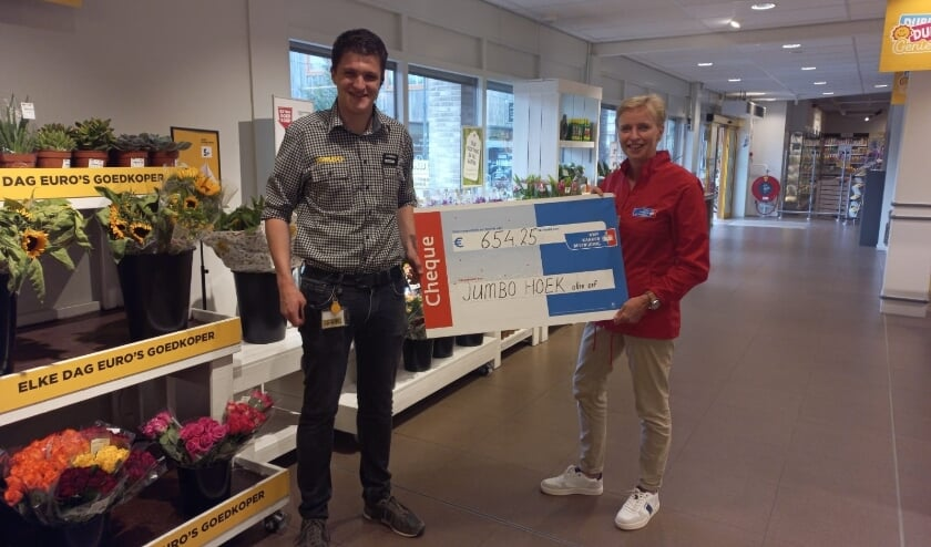 Jumbo Hoek overhandigt de cheque aan KWF Veenendaal