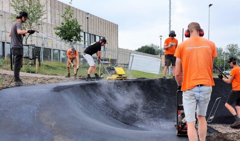 <p>De Renkumse Pumptrack krijgt, nu er een begin is gemaakt met het asfalteren, steeds meer vorm.</p>