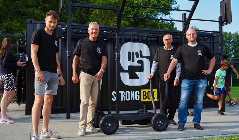 <p>Steven de Meijer (links) met wethouder Jack Begijn (midden links) en beleidsmedewerkers Glenn Hoffman en Bas Krugman van de gemeente Terneuzen bij de officiele opening in Sas van Gent.</p>