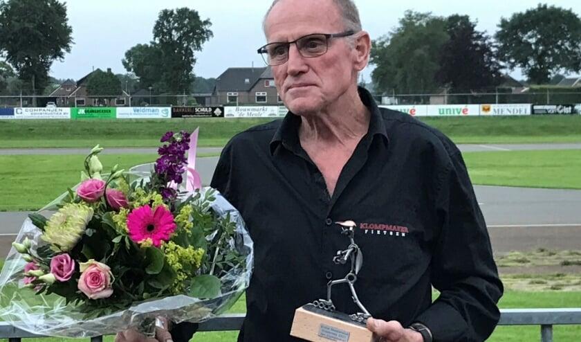 <p>Bloemen en een beeldje voor erelid Jan Klompmaker&nbsp;</p>