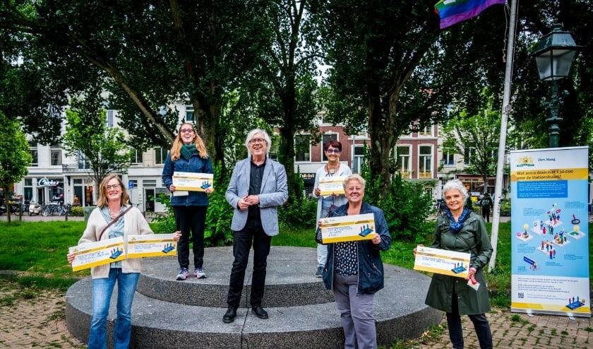 <p>Wethouder Bert van Alphen overhandigde de cheques&nbsp;</p>