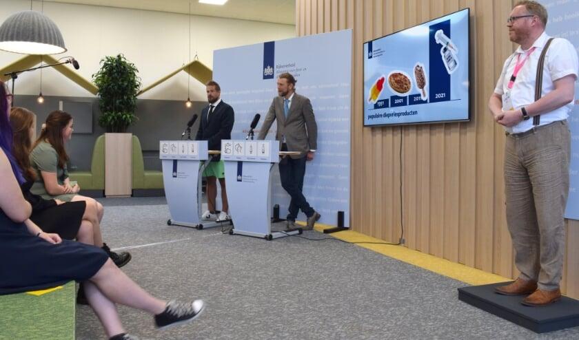 <p>Studenten krijgen diploma tijdens ludieke persconferentie.</p>