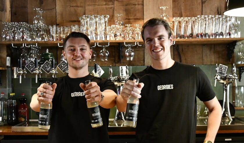 <p>Karsten van &#39;t Wel (links) en Rutger Buijs showen hun eigen drankmerk Georgies Hard Seltzer in Stadsbrouwerij Wittenburg.&nbsp; (foto: Ab Hendriks)</p>