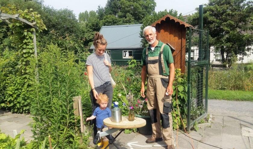 <p>Zelfs op maandagochtend al volop bedrijvigheid in buurttuin Achterveld/Groenvliet. De buurttuinen zijn nu opgenomen in een audiotour. Op de foto imker Rob Kosterman met enkele bezoekers.</p>