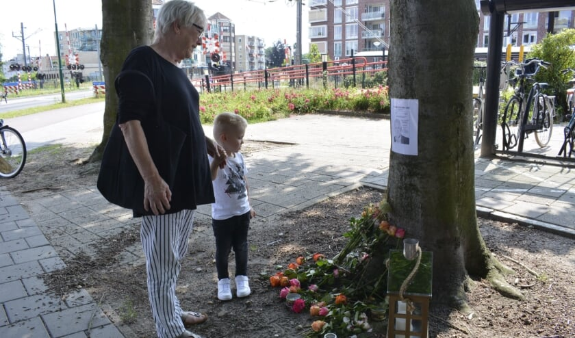 <p>Ter nagedachtenis aan Peter R. de Vries is bij het station Centrum een herdenkingsplek ingericht. (Foto's: Pieter Vane)</p>