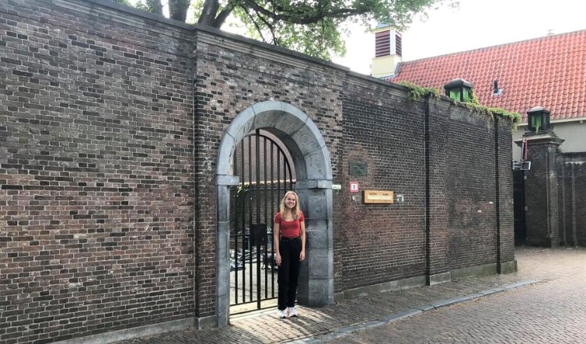 Pleun de Goede bij de poort van Sanctus Virgilius