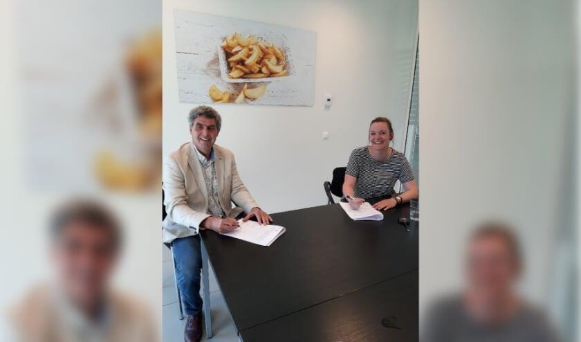 <p>&nbsp;Denise Klaassen, afdeling marketing Agristo, zet haar handtekening onder het sponsorcontract.</p>