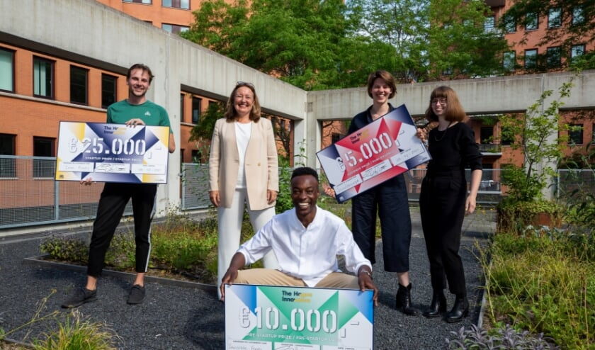 <p>De winnaars met hun cheque</p>