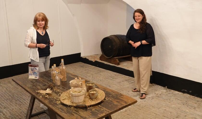 <p>Marieke Knuijt (conservator) en Annette Zeelenberg (kasteelmanager). Ze staan op de oude vloer, waaronder de brouwoven verborgen moet liggen.</p>