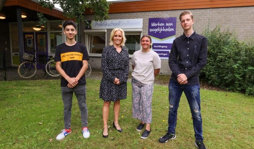 <p>Rami Mahmoud, Selinay Yavuz en Dylan Trimbos zijn kei-trots op hun diploma. Mevrouw Maas, tweede van links, is ook op de foto gegaan. (Foto: Bert Jansen).</p>