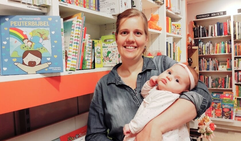 <p>Adri&euml;lle Schouten met haar dochtertje Hadassa, samen trots bij de Peuterbijbel, die klaarligt bij Novita.</p>