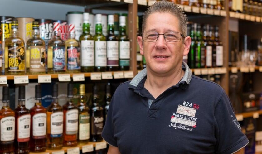 <p>Edwin Kleijn staat zes dagen per week in zijn winkel. Echter zijn zijn passie voor muziek houdt hij levendig.</p>