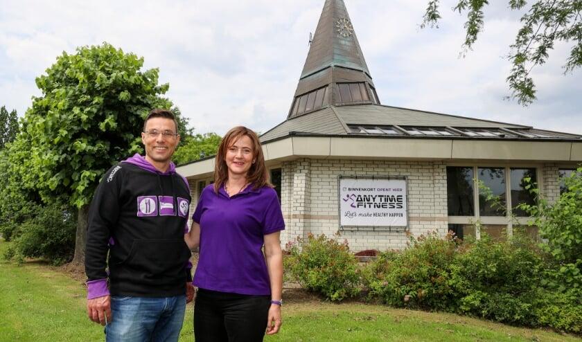 <p>Jeroen en Vivian Heesakkers voor hun nieuwe sportschool.</p>