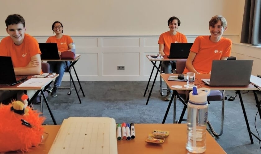 <p>Het Nederlandse team voorafgaand aan het maken van de online theorietoets. V.l.n.r. Faas Brouwer, Samantha Li, Jarik Stoutjesdijk en Lars Hamelijnck.</p>