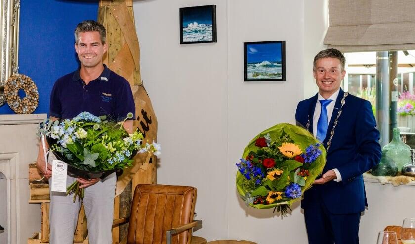<p>Een stralende Werner Willems &eacute;n burgemeester Huub Hieltjes na de uitreiking van het ere-insigne, woensdag 30 juni in Brasserie Een Mooie Dag.</p>