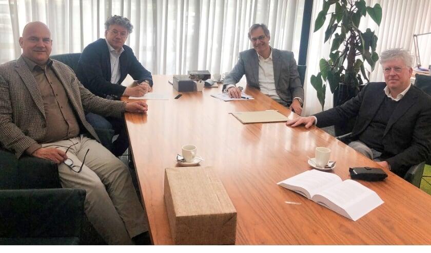 <p>Van links naar rechts Arend Flier, Rob Stoffer, notaris Arnaud Wilod Versprille, Gert van de Weerdhof bij de offici&euml;le oprichting.</p>