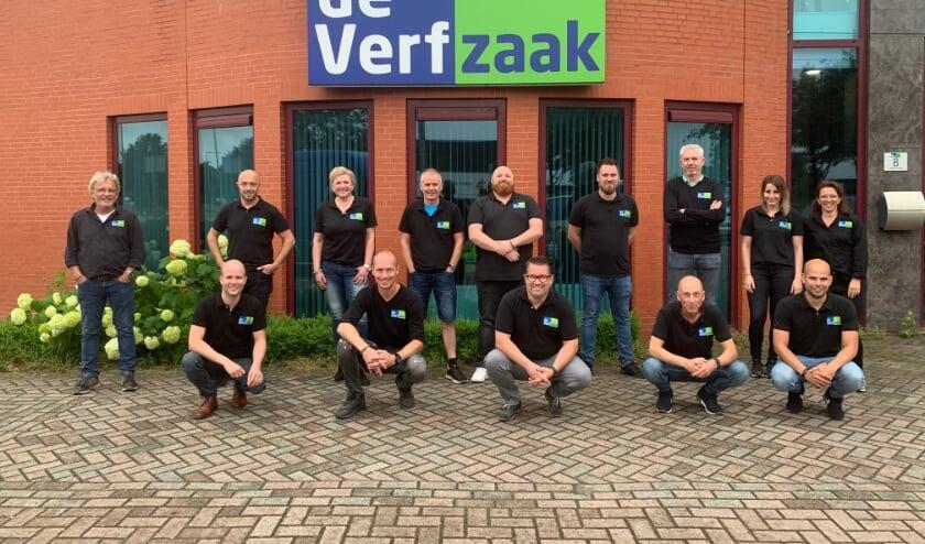 Het team van De Verfzaak heeft een feestje te vieren.