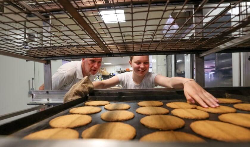<p>Bakker Louis Keijzers en zijn stagiaire Charlotte Schapendonk aan het werk in de bakker. &ldquo;Ze heeft gouden handjes. En die moet je niet verloren laten gaan.&rdquo; (Foto: Bert Jansen).</p>