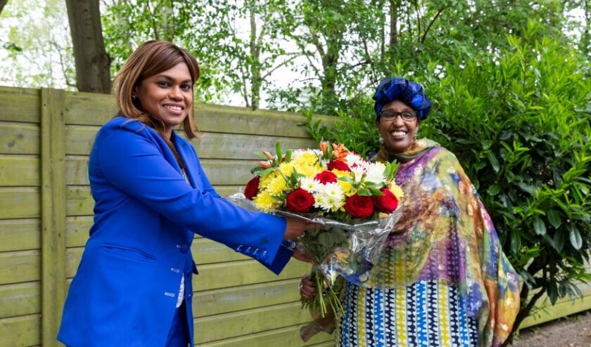 <p>Zorgwethouder Kavita Parbhudayal bedankt Zahra Naleie voor haar inzet &eacute;n feliciteert haar met de koninklijke onderscheiding die ze eerder dit jaar ontving. Naleie is expert op het gebied van VGV en trainingen hierover aan jonge ambassadeurs.</p>