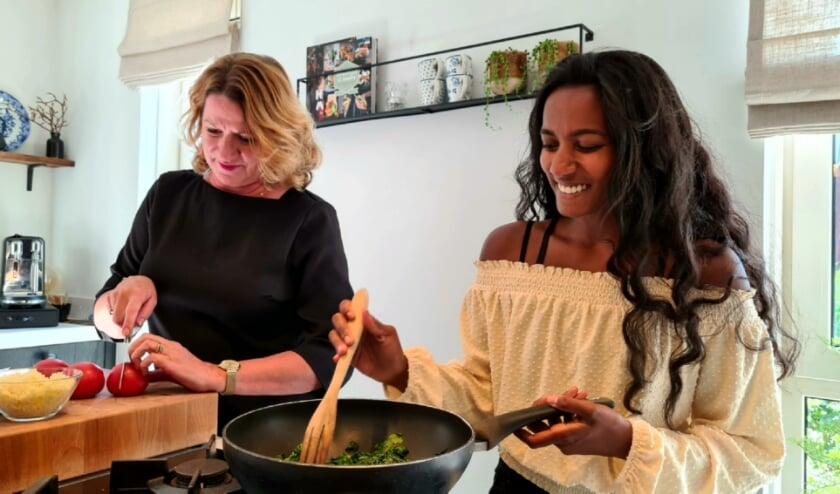 <p>Annette en Komal zorgen met hun kookkunsten voor lekkere geuren, gezelligheid en heerlijk eten in het hospice.</p>
