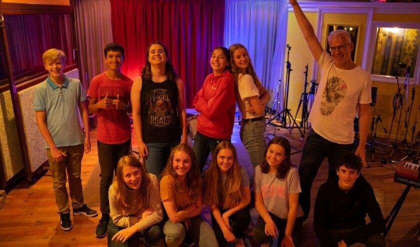 <p>De Kalsbeek Band heeft onder leiding van muziekdocent Jan-Willem Linkerhof (rechtsboven) drie nummers opgenomen.</p>