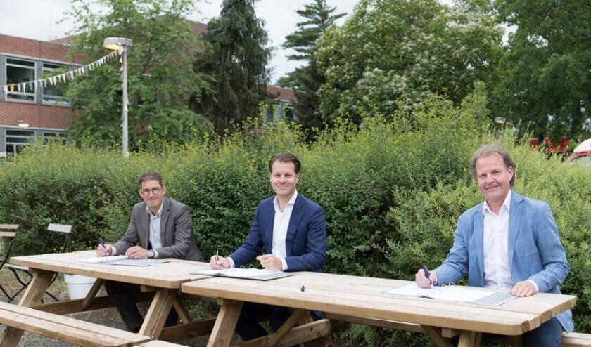 <p>v.l.n.r.: Henri Pleizier (Aalberts ontwikkeling), Danny Visser (Woonstichting SSW) en Galtjo van Zutphen (DiD Vastgoedontwikkeling).&nbsp;</p>