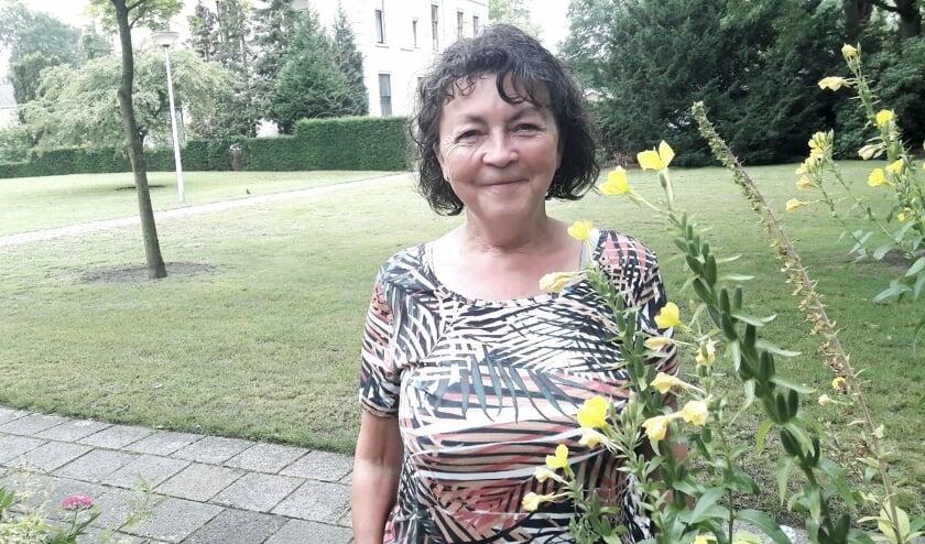 <p>Clementine Sluijsmans in het kleine tuintje, bij haar huisje, in het grote Ericapark.</p>