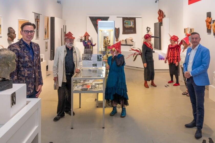 <p>Ed en Hanneke Zwart met andere genodigden in de museumruimte van de wisselexpositie.</p>
