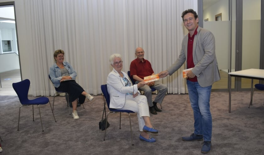 <p>Wethouder Beek deelde de Twinkeling-bonnen uit. (Foto&#39;s: Pieter Vane)</p>