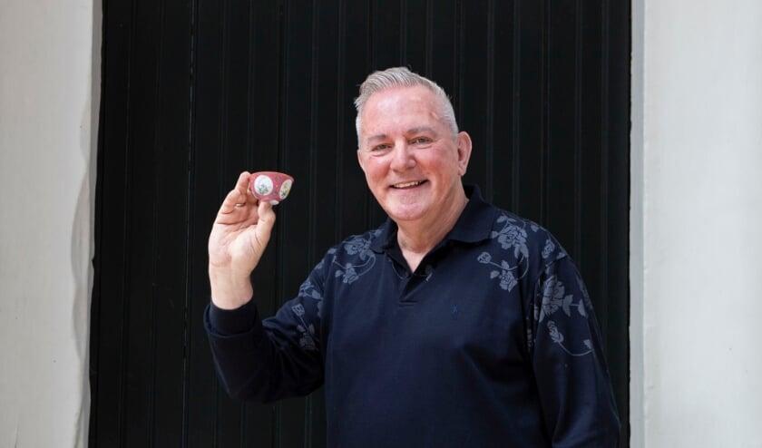 <p>Edwin Kleingeld kocht met zijn vader een bijzonder kopje in Jingdezhen ter ere van zijn 88ste verjaardag.</p>