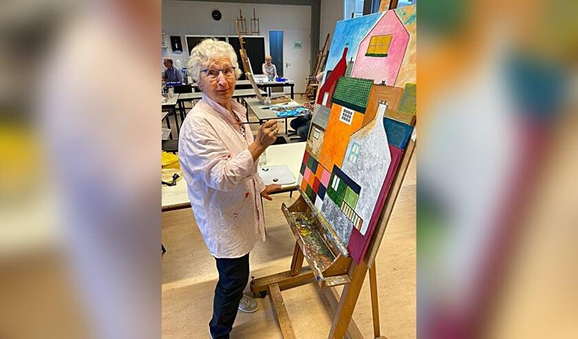 <p>De kunstmarkt biedt mensen met een passie voor kunst gelegenheid om hun werk te tonen (op de foto Paula van Linde).</p>