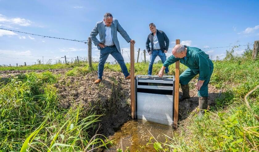 <p><em>&nbsp;ZLTO-bestuurder Herbert Verploegen en heemraad Mathieu Gremmen van Waterschap Rivierenland kregen van Aloys&nbsp;Willemsen&nbsp;uitleg over de plaatsing en werking van de stuw bij zijn percelen.</em>&nbsp;</p>