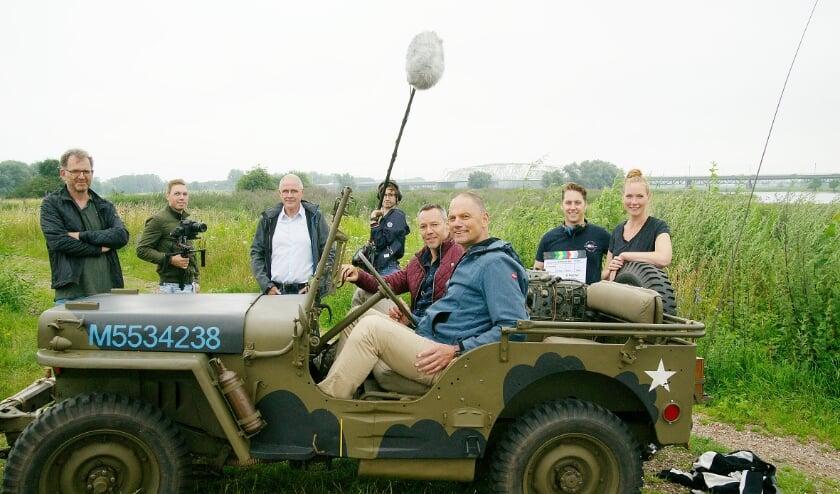<p>De filmcrew en medewerkers/adviseurs poseren voor de camera van onze fotograaf Piet Wijnands.</p>
