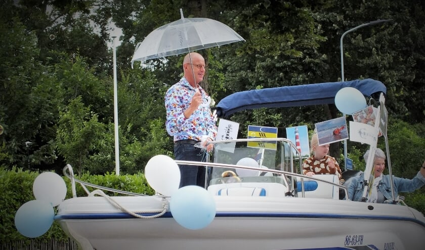 <p>Meester Bertus Blok werd met zijn vrouw Magda in een boot opgehaald vanaf huis en naar de festiviteiten 'zijn' school gereden.</p>