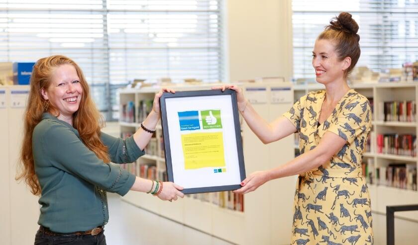 <p>Els Koopman (rechts) krijgt het keurmerk Vrijwillige Inzet Goed Geregeld van Diana van den Eijnden van Eindhoven Doet overhandigd.</p>