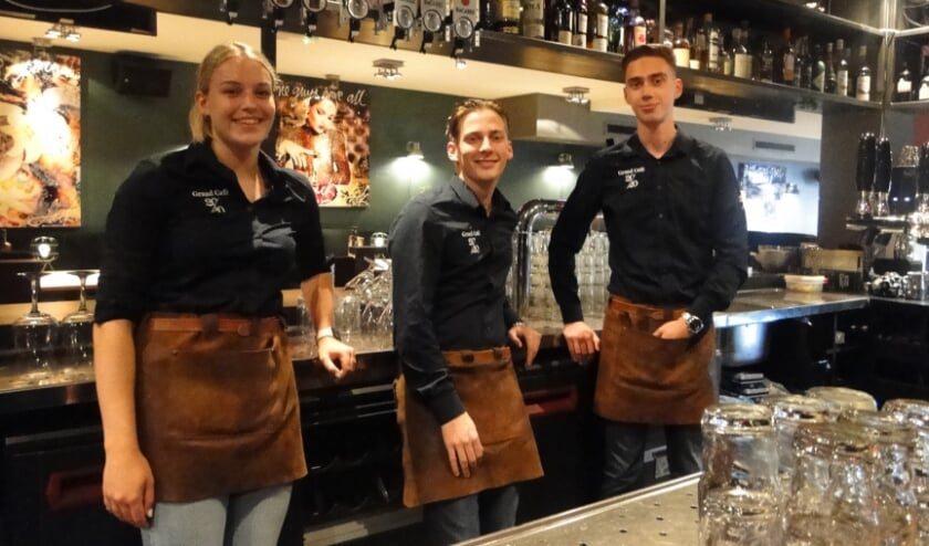 <p>Rebecca Rens, Kylian Boon en Robin Mazier achter de bar van Grand Café 2020 (v.l.n.r.).</p>