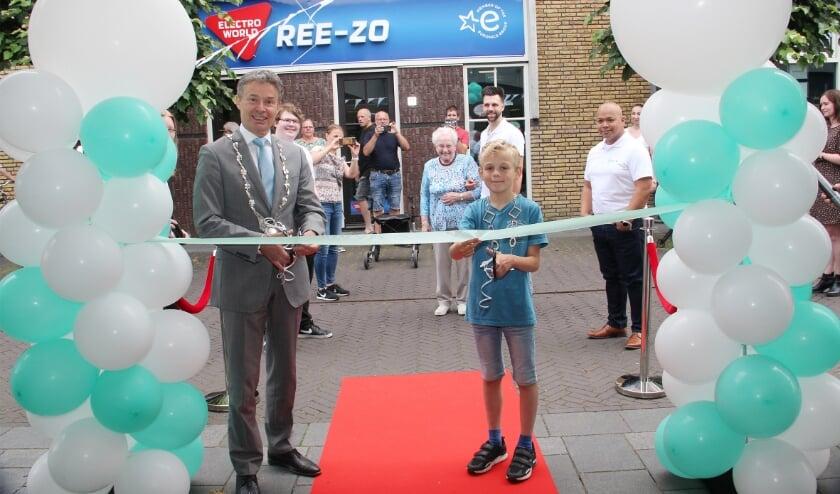 <p>Burgemeester Huub Hieltjes en kinderburgemeester Lars Evers knippen samen het lint door voor de ingang van PC-NL. Zoals de foto duidelijk maakt is de winkel gevestigd tegenover Electro World Ree-zo.</p>