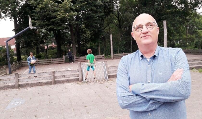 <p>Meester Marcel van den Busken op het schoolplein van &lsquo;zijn&rsquo; Basisschool De Prinsenakker.</p>
