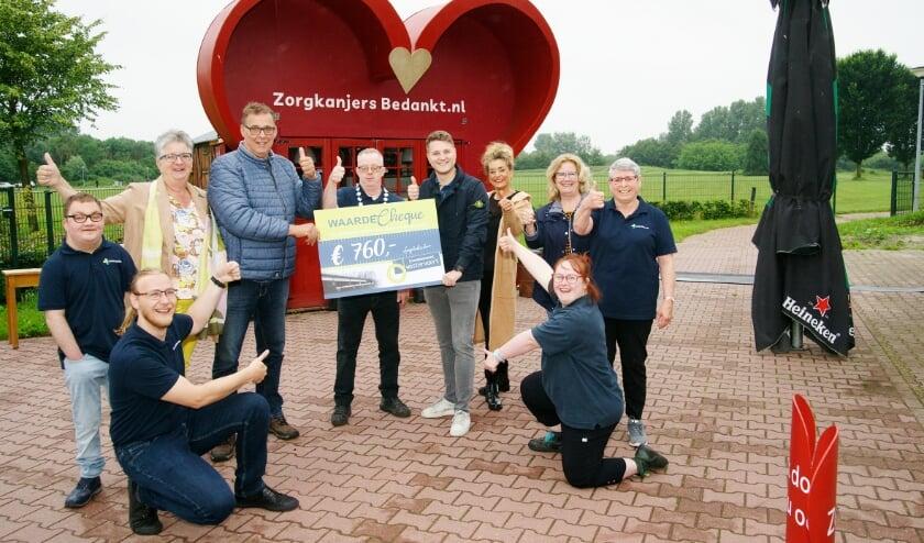 <p>André Oudendag ontvangt een cheque uit handen van Arjan Koenen en Monique Schriever van Ondernemend Westervoort.</p>