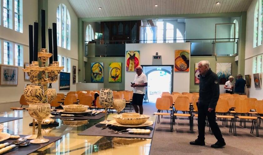 <p>Eerste bezoekers op de kleurrijke expositie met kunstwerken van aantal StEK leden.</p>