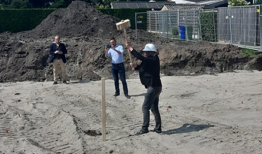 <p>Wethouder Frank van Hulle mocht in het bijzijn van de toekomstige bewoners de eerste paal slaan van het bouwproject Singel Westdorpe.</p>