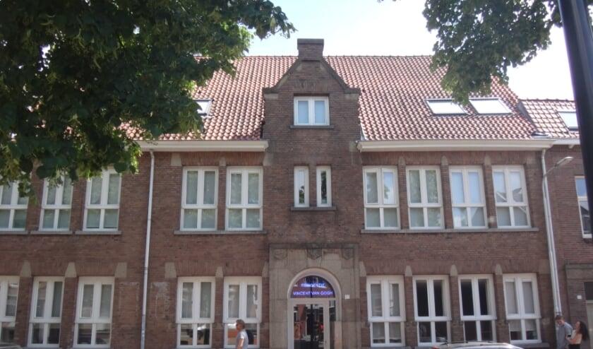 <p>Boven de deur herkennen we wapens van Brabant, Gelderland en het bisdom Den Bosch in het midden. </p>