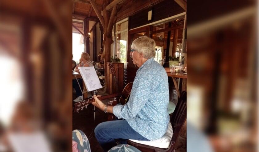 <p>Voorzitter Steven Plug zorgt voor een muzikaal intermezzo tijdens de high tea.</p>