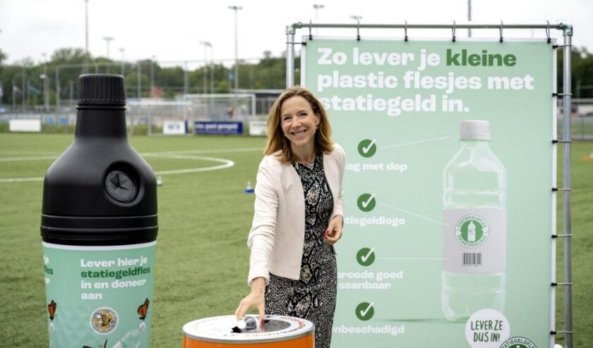 . Staatssecretaris Van Veldhoven van het ministerie van Infrastructuur en Waterstaat leverde op 1 juli symbolisch het eerste flesje in bij een voetbalvereniging.