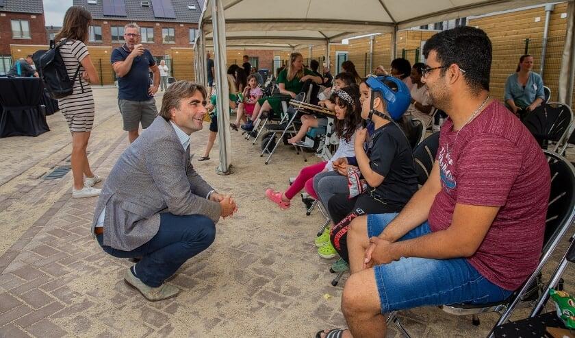 <p>Talis-bestuurder Ronald Leushuis begroet de nieuwe bewoners van Woenderskamp.&nbsp;</p>