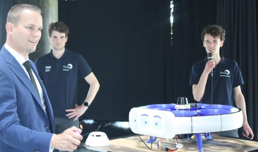 <p>Wethouder Joost de Jong &nbsp;probeert met een aansteker een rookmelder te activeren om zo bBue Jay erop te laten reageren.</p>