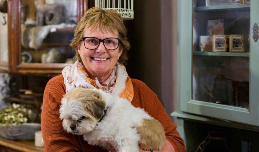 <p>Hermanda Gijsberts van Hermanda&#39;s Lifestyle met haar hondje Jasper.&nbsp;</p>