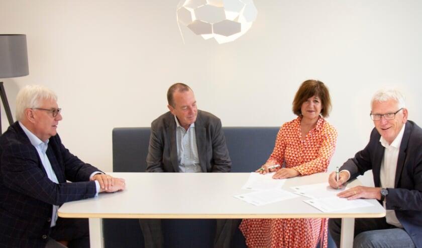 <p>Vlnr: Wim Cass&eacute;e (voorzitter RvC Patrimonium), Rik de Lange (voorzitter RvC VWS), Trees van Haarst (directeur-bestuurder Patrimonium) en Kees Karsten (interim directeur-bestuurder VWS).</p>